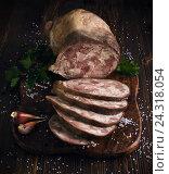 Ломтики свиного сальтисона на разделочной доске. Стоковое фото, фотограф Ксения Кузнецова / Фотобанк Лори
