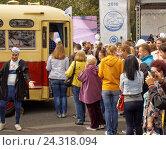 Купить «Очередь к ретро-автобусу», фото № 24318094, снято 13 августа 2016 г. (c) Павел Кулинич / Фотобанк Лори
