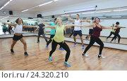 Купить «men and ladies dancing zumba», видеоролик № 24320210, снято 25 ноября 2016 г. (c) Яков Филимонов / Фотобанк Лори