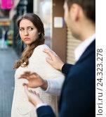 Man does not succeed in getting acquainted with girl. Стоковое фото, фотограф Яков Филимонов / Фотобанк Лори
