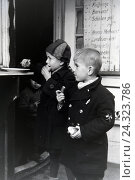 Купить «Kinder an einer Wurstbude in Breslau, Niederschlesien, Deutsches Reich 1930er Jahre. Children at a snack bar in Breslau, Lower Silesia, Germany 1930s,», фото № 24323786, снято 23 апреля 2018 г. (c) mauritius images / Фотобанк Лори
