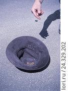 Купить «Beggar's hat, man, detail, hand, coin, poverty, beggar, care, money, make a donation, donation, contribution, beg, begging, Homeless, poverty margin, social relegation, unemployment, outside,», фото № 24329202, снято 23 сентября 2018 г. (c) mauritius images / Фотобанк Лори