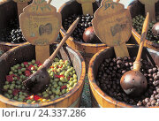 Купить «France, weekly market, detail, olives, outside, the South France, market, sales, sell, olive tubs, tubs, barrels, olive barrels, fruit, Steifrucht, fruits...», фото № 24337286, снято 18 марта 2002 г. (c) mauritius images / Фотобанк Лори