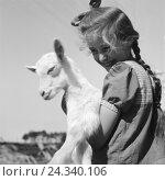Купить «Kinder spielen mit einem Lamm, Deutschland 1930er Jahre. Children playing with a little lamb, Germany 1930s.», фото № 24340106, снято 23 июля 2018 г. (c) mauritius images / Фотобанк Лори
