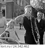 Купить «Kurgäste trinken gesundes Wasser aus einem Brunnen in Bad Cannstatt, Deutschland 1930er Jahre. Spa guests drinking wellness water from a well at Bad Cannstatt, Germany 1930s.», фото № 24342462, снято 22 июля 2019 г. (c) mauritius images / Фотобанк Лори