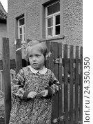 Купить «Ein Mädchen der Knipser Vierlinge beim Spielen, Deutschland 1930er Jahre. One of Knipser's quadruplet girls playing at the garden, Germany 1930s», фото № 24350350, снято 23 июля 2018 г. (c) mauritius images / Фотобанк Лори