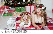 Семья возле елки. Новогодние праздники. Стоковое видео, видеограф Сергей Кальсин / Фотобанк Лори