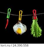 Креативное изображение яичницы висящей на веревке вместе с перцем и салатом. Стоковое фото, фотограф Алексей Мельников / Фотобанк Лори