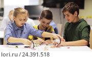 Купить «happy children learning at robotics school», видеоролик № 24391518, снято 26 октября 2016 г. (c) Syda Productions / Фотобанк Лори