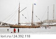 Купить «Каток на льду замерзшего залива в Северной гавани. Хельсинки, Финляндия», фото № 24392118, снято 10 января 2016 г. (c) Валерия Попова / Фотобанк Лори