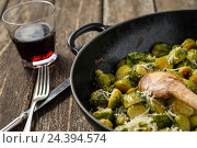 Купить «Pan-fried Brussels sprouts in cast-iron frying pan on wooden table», фото № 24394574, снято 24 сентября 2018 г. (c) mauritius images / Фотобанк Лори