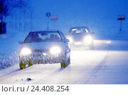 Купить «Street, traffic, snowfall, dusk street scene, cars, Pkw's, vehicles, headlights, light, drive, drive, snow-covered road, wintry, snowy, street relations...», фото № 24408254, снято 28 октября 2005 г. (c) mauritius images / Фотобанк Лори