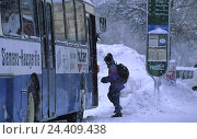 Купить «Bus stop, school child piles in into bus, winter, coach, regular bus, schoolboy, Germany, Garmisch-Partenkirchen», фото № 24409438, снято 13 октября 1999 г. (c) mauritius images / Фотобанк Лори