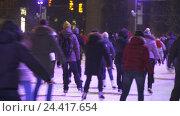 Концепция зимних видов спорта. Толпа на ночном катке. Падающий снег. Редакционная анимация, видеограф Vladimir Botkin / Фотобанк Лори