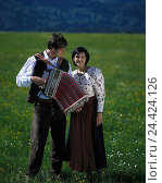 Купить «Couple, young, national costume, man, concertina, meadow Germany, Upper Bavaria, Werdenfels, in Bavarian, folklore, country house style, Dirndelette, music...», фото № 24424126, снято 17 августа 2001 г. (c) mauritius images / Фотобанк Лори