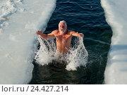 Купить «Купание зимой, счастливый мужчина в проруби», фото № 24427214, снято 7 января 2016 г. (c) Георгий Хрущев / Фотобанк Лори