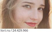 Купить «Молодая девушка  улыбается на камеру. Крупным планом лицо.», видеоролик № 24429966, снято 20 октября 2016 г. (c) Mikhail Davidovich / Фотобанк Лори