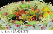 Цветы и макаруны поворачиваются в подарочной коробке. Стоковое видео, видеограф Video Kot / Фотобанк Лори
