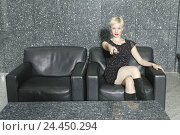 Купить «Woman, leather ball armchair, remote control, gesture, toggle, 20-30 years, young, blond, stereo system, TV, serve, press, zap, switch on, switch off,...», фото № 24450294, снято 16 декабря 2005 г. (c) mauritius images / Фотобанк Лори
