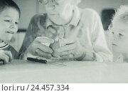 Купить «Table, grandmother, grandchildren, apple halves, split, portrait, b/w, inside, at home, granny, senior, children, siblings, boy, girl, granddaughter, grandson...», фото № 24457334, снято 26 июня 2002 г. (c) mauritius images / Фотобанк Лори