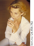 Купить «Woman, water glass, drink, half portrait, from above, 30-40 years, thirst, thirst quencher, drink, alcohol-free, anti-alcoholic, recreation, health, beauty...», фото № 24458782, снято 30 января 2004 г. (c) mauritius images / Фотобанк Лори