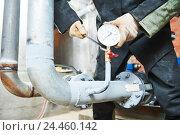 Купить «Plumber installing manometer on pipe», фото № 24460142, снято 23 августа 2016 г. (c) Дмитрий Калиновский / Фотобанк Лори