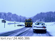 Купить «Winter, traffic, snow-covered road, towing-service, car, roadside ditch, dusk street, country road, traffic, slide danger, black ice, two-way traffic,...», фото № 24460386, снято 15 мая 2002 г. (c) mauritius images / Фотобанк Лори