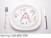 Тарелка с таблетками и столовые приборы. Стоковое фото, фотограф Андрей Черников / Фотобанк Лори