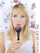 Купить «Woman, young, rouge brushes, breaths, portrait   Women portrait, 21 years, 20-30 years, long-haired, blond, gaze camera, naturalness, beauty, Beauty, made...», фото № 24471162, снято 20 июля 2018 г. (c) mauritius images / Фотобанк Лори