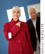 Купить «Boutique, Senior couple, shopping tour, woman, jacket red, try, select, together, happy, 60-70 years, married couples, married couple, couple, senior citizens...», фото № 24472114, снято 2 декабря 2004 г. (c) mauritius images / Фотобанк Лори