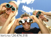 Купить «Man, women, young, gaze binoculars,  Fun, observation, cloud heavens,  Summers, outside Outlook, interest, Vorwitz, discovery, curiosity, summerwear, from...», фото № 24474318, снято 23 июля 2018 г. (c) mauritius images / Фотобанк Лори