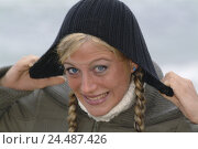 Купить «Woman, young, gesture, wool cap, portrait, beach, sea, women's portrait, 21 years, nicely, beauty, Beauty, fun, funnily, facial play, expression, grin...», фото № 24487426, снято 5 января 2006 г. (c) mauritius images / Фотобанк Лори