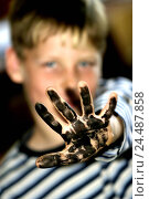 Купить «Child, palm, dirtily, paints, gesture, childhood, boy, 10 years, hand, paint, black, dirt, colour, watercolour, point, show, fun, amusements, nonsense, portrait», фото № 24487858, снято 5 декабря 2003 г. (c) mauritius images / Фотобанк Лори