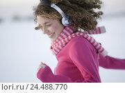 Купить «Woman, young, headphones, laughs, dances, Side portrait, broached, winters,   Series, 16-18 years, teenagers, teenagers, girls, long-haired, curls, sweaters...», фото № 24488770, снято 20 июля 2018 г. (c) mauritius images / Фотобанк Лори