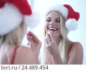 Купить «Woman, Santa's hat, reflector, make up, reflexion, 20-30 years, blond, long-haired, lipstick apply, laugh, happy, satisfaction, joy, cheerfulness, positive mood, lifestyle, inside», фото № 24489454, снято 14 сентября 2004 г. (c) mauritius images / Фотобанк Лори