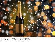 Купить «bottle of champagne with golden label over snow», фото № 24493326, снято 18 ноября 2015 г. (c) Syda Productions / Фотобанк Лори