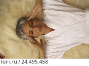 Купить «Senior, fur, bathrobe, lies gesture  Headaches  Seniors, woman, 60-70 years, well Age, well Ager, grey-haired, short-haired, attractiveness, beauty, sick...», фото № 24495458, снято 28 мая 2018 г. (c) mauritius images / Фотобанк Лори