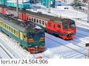 Купить «Электропоезда», фото № 24504906, снято 11 февраля 2016 г. (c) Ольга Логачева / Фотобанк Лори