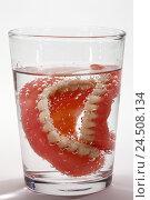 Купить «Bite prosthesis, water glass,», фото № 24508134, снято 13 ноября 2009 г. (c) mauritius images / Фотобанк Лори