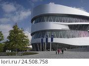 Купить «Germany, Baden-Wurttemberg, Stuttgart, Mercedes Museum, Passer-by,», фото № 24508758, снято 15 сентября 2008 г. (c) mauritius images / Фотобанк Лори