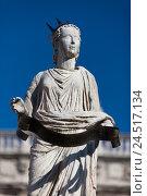 Купить «Древняя статуя фонтана Мадонны Вероны на площади Пьяцца делле Эрбе, Италия», фото № 24517134, снято 1 мая 2014 г. (c) Виталий Батанов / Фотобанк Лори