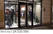 Купить «Москва, фирменный магазин одежды на Маросейке», эксклюзивный видеоролик № 24520566, снято 10 декабря 2016 г. (c) Дмитрий Неумоин / Фотобанк Лори