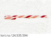 Купить «Рождественская конфета тросточка на снегу», фото № 24535594, снято 10 декабря 2016 г. (c) Евгений Дробитько / Фотобанк Лори