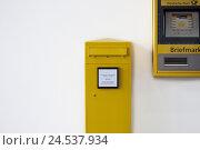 Купить «Mailbox and stamp machine, wall,», фото № 24537934, снято 23 июня 2010 г. (c) mauritius images / Фотобанк Лори