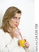 Купить «Woman, glass, drinking straw, orange juice,», фото № 24539158, снято 19 июня 2008 г. (c) mauritius images / Фотобанк Лори