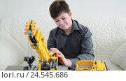 Купить «Teenage boy playing with crane constructor», видеоролик № 24545686, снято 10 декабря 2016 г. (c) Володина Ольга / Фотобанк Лори