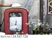 Купить «Sweden, scrap yard, old petrol pump,», фото № 24547726, снято 25 августа 2010 г. (c) mauritius images / Фотобанк Лори