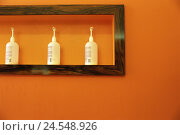 Купить «Hairdresser business, wall orange, Detail, niche, pump bottles,  Foster products,  Hairdresser, hairdresser parlor, wall, wall niche, shampoos, hair care...», фото № 24548926, снято 19 июля 2018 г. (c) mauritius images / Фотобанк Лори
