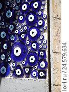 "Купить «Turkey, Istanbul, loading, Nazar amulet, defence ""bad view"", economy, trade, sales, handicraft, culture, faith, religion, Islam, business, souvenir business...», фото № 24579634, снято 11 апреля 2008 г. (c) mauritius images / Фотобанк Лори"
