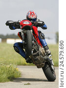 "Купить «Ducati, ""Wheelie"", motorcycle, street, person, driver, motorcyclist, skill, Wheelie, skill, bend, stunt, dynamics, action, come up, take off, front wheel...», фото № 24579690, снято 8 мая 2008 г. (c) mauritius images / Фотобанк Лори"